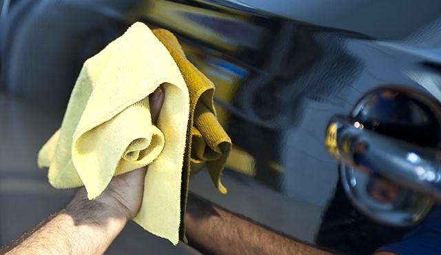 Polimento Automotivo com pano de microfibra