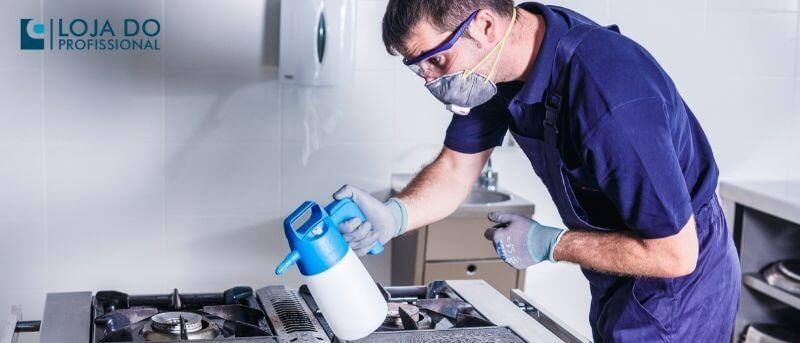 Pulverizador Matabi Ik Alk 1,5 utilizado na limpeza de fogão industrial